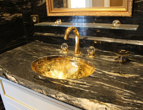 Salle de bain en plaqué or